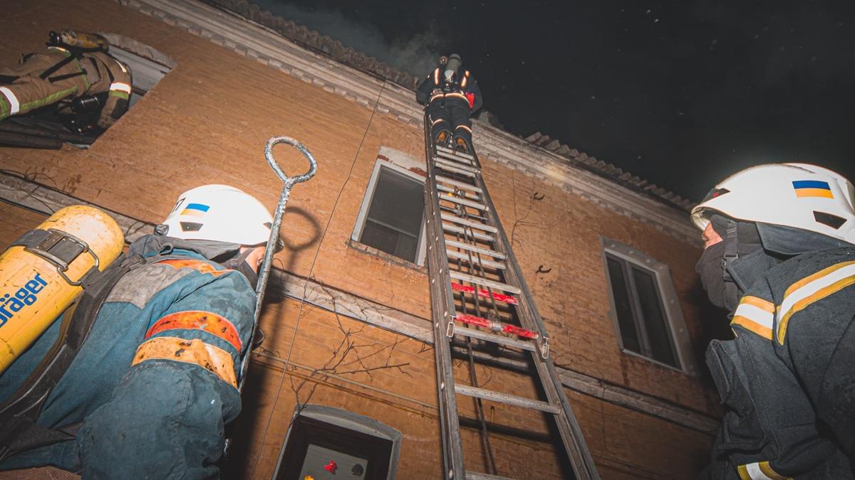 В Киеве горел двухэтажный жилой дом: два человека погибли