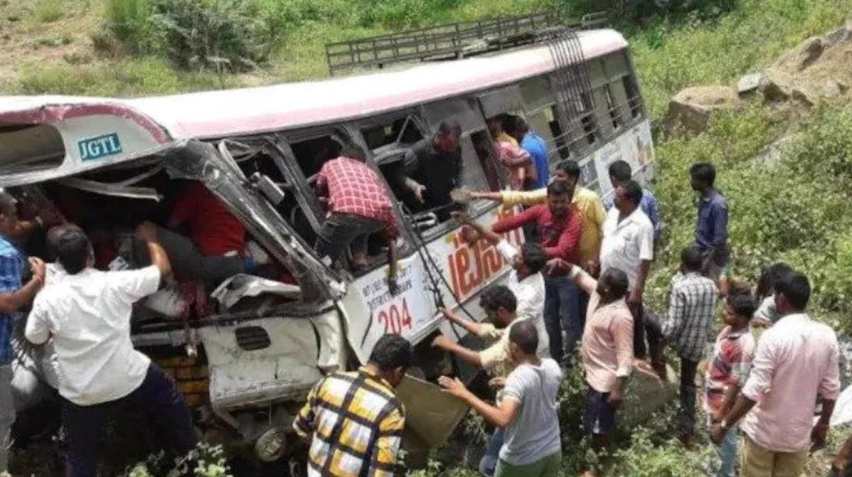В Пакистане набитый пассажирами автобус слетел в овраг