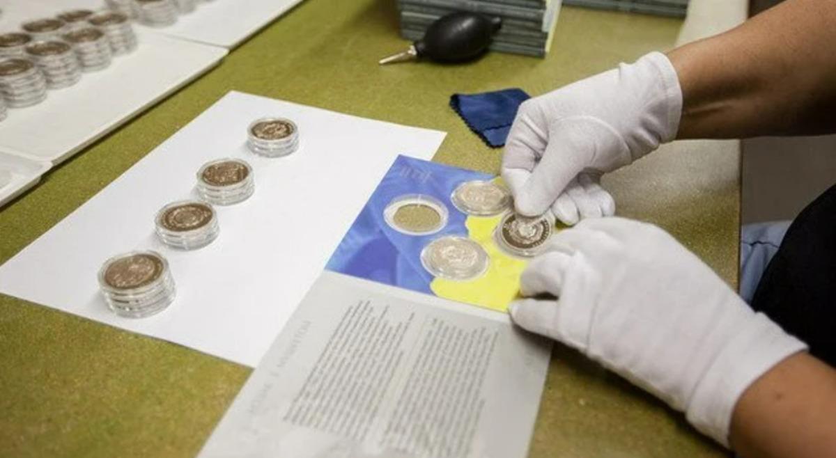 НБУ вводит в оборот сразу две памятные монеты