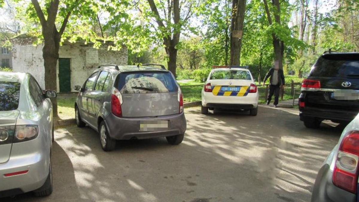 В Киеве мужчина напал с ножом на людей, которые сделали замечание по поводу его собаки