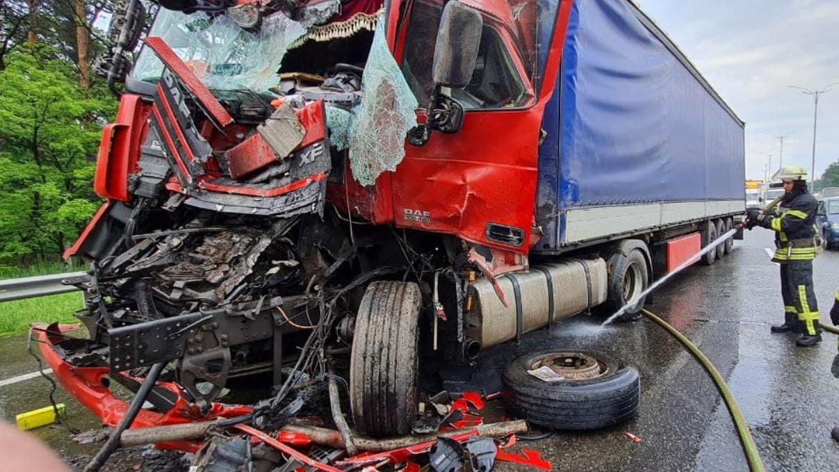 В Киеве в масштабное ДТП с фурами попали грузовики с десятками нацгвардейцев