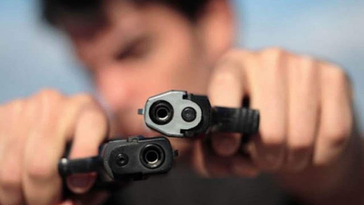 В центре Киева мужчина открыл стрельбу посреди улицы: по городу ввели план «Сирена»