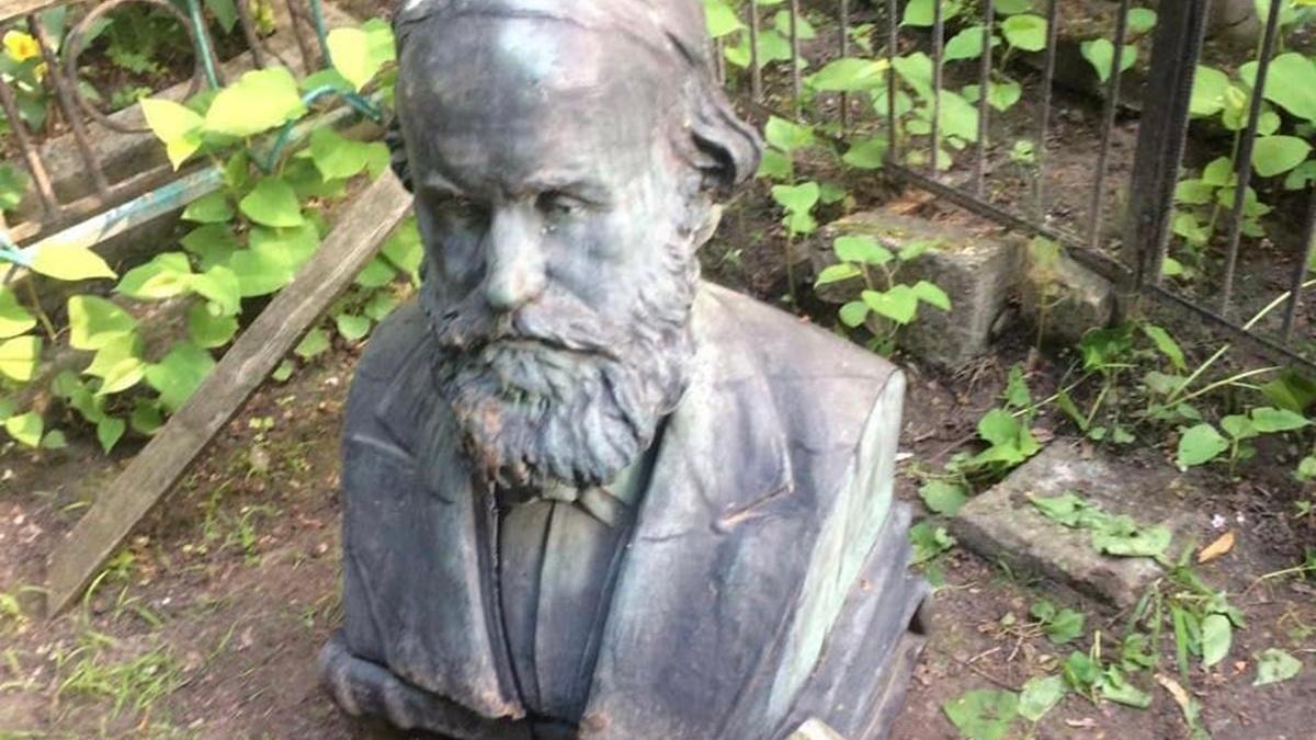 В Киеве вандалы разбили могилу выдающегося учёного и правоведа