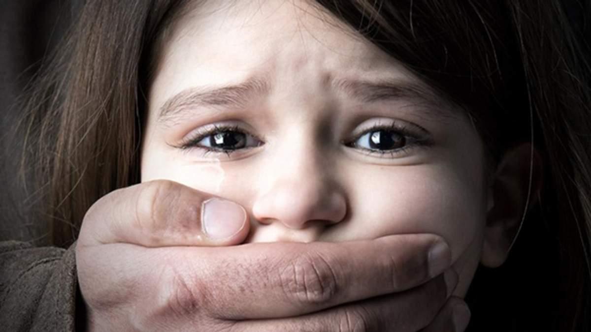 В Сумской области отчим два года насиловал 10-летнюю девочку, обещая купить ноутбук