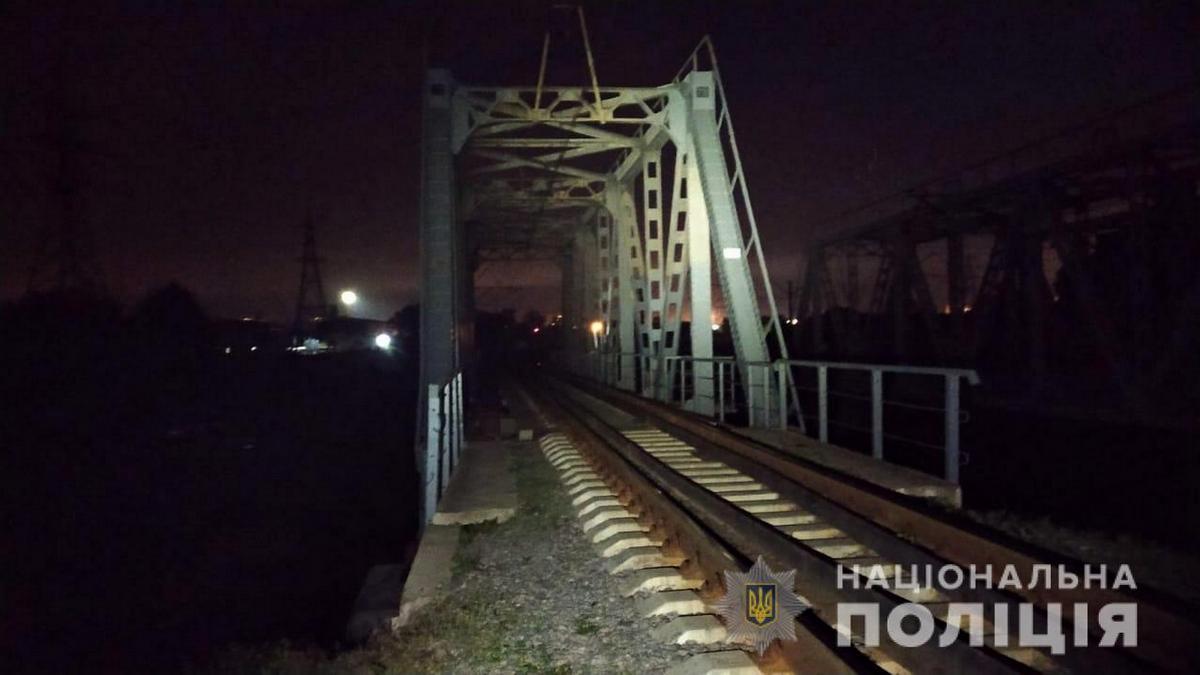 В Харькове 13-летнюю девочку ударило током на железнодорожном мосту. Она сорвалась вниз и погибла