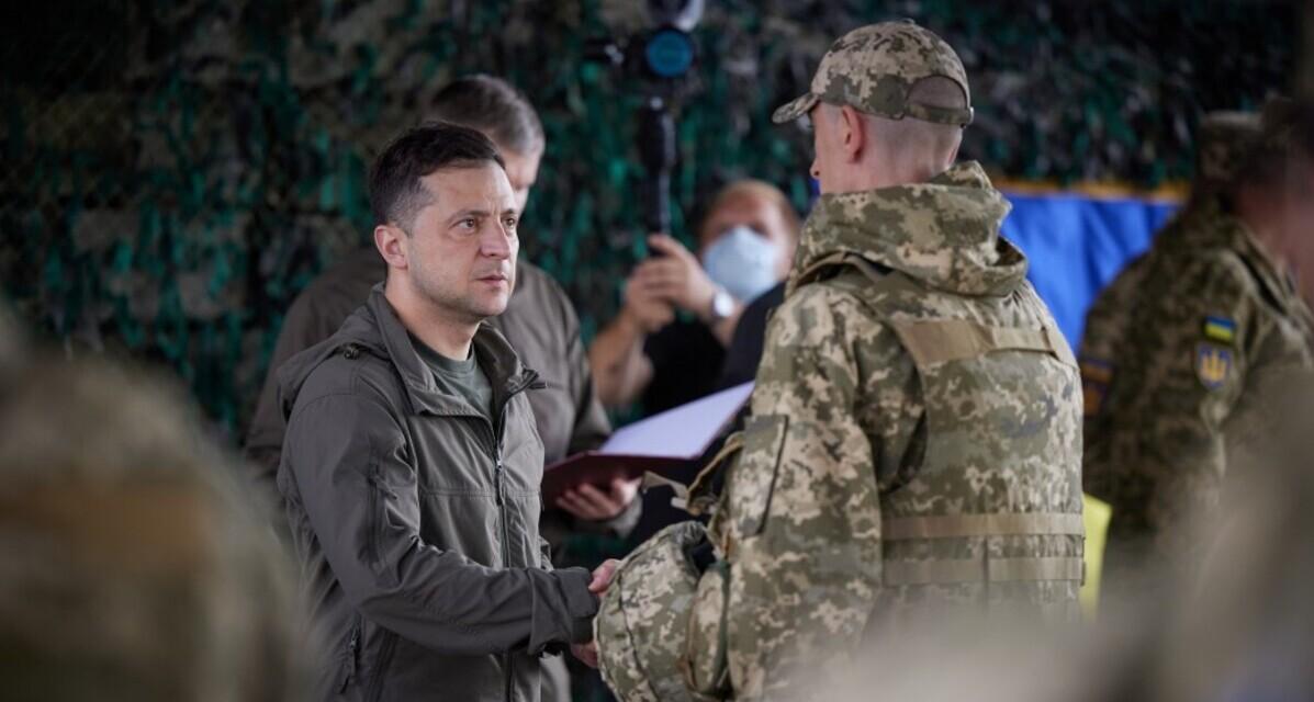Зеленский на передовой вручил бойцам ценные награды и подарки