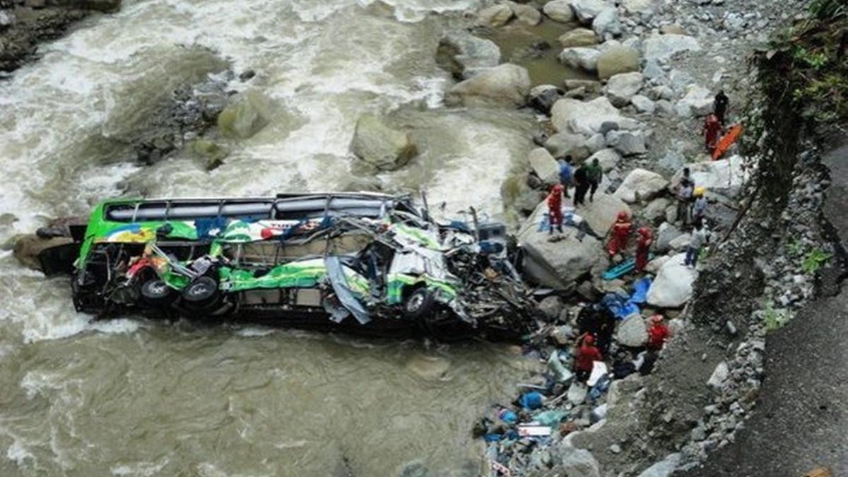 В Перу автобус сорвался в пропасть: 17 человек погибли, 6 получили ранения