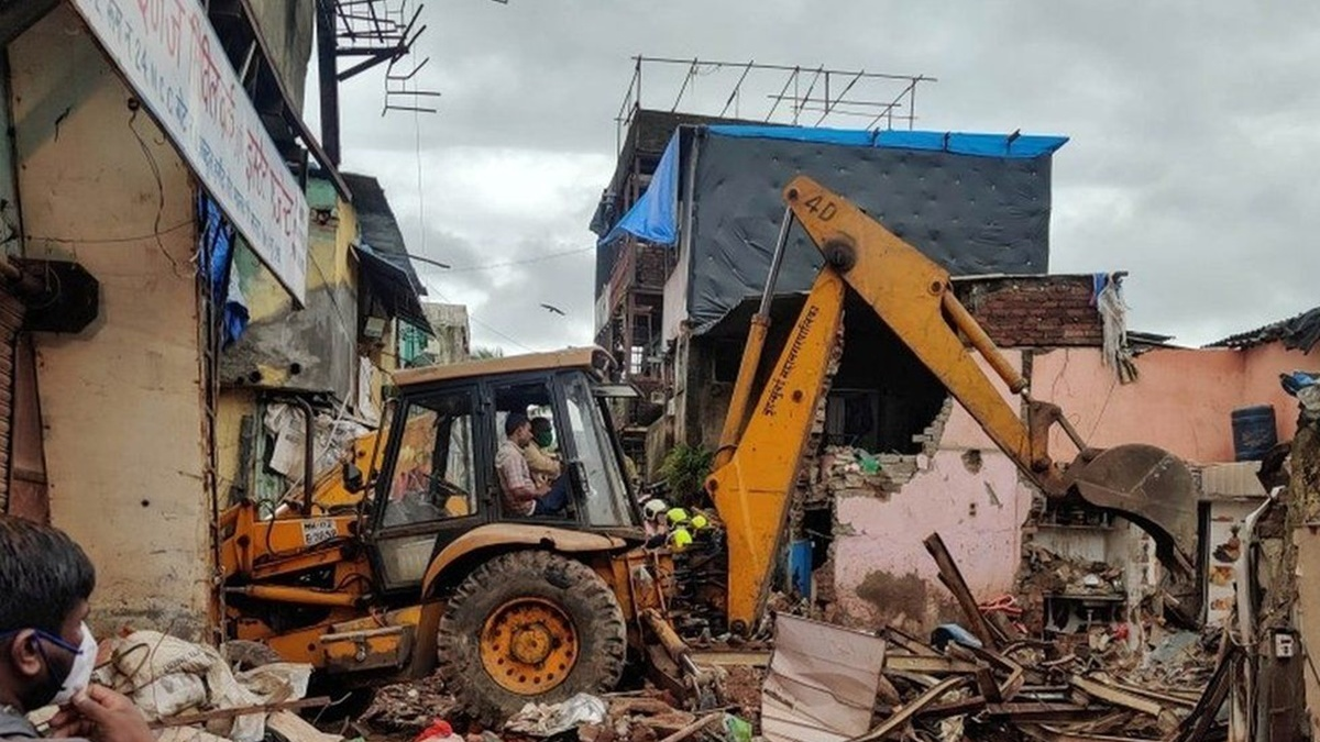 В Мумбаи обрушился жилой дом: 11 погибших, 8 из них — дети