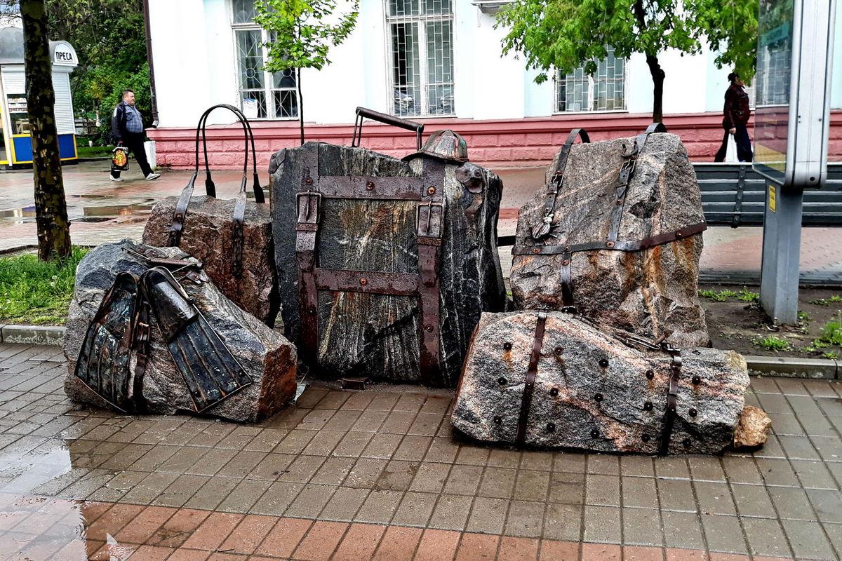 Памятник багажу в Бердянске