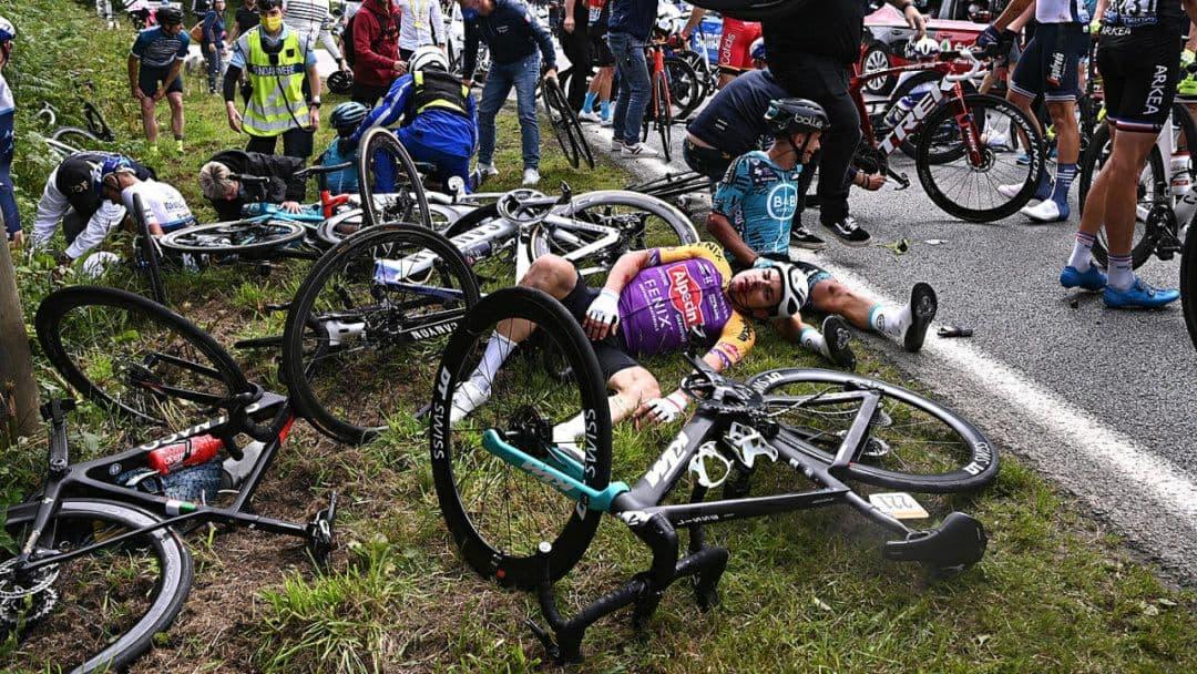 Во Франции фанатка своим плакатом спровоцировала массовую аварию на велогонке