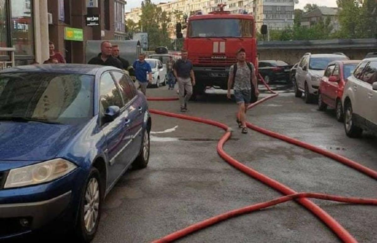 В Киеве горел супермакрет «Сильпо»: покупателей эвакуировали
