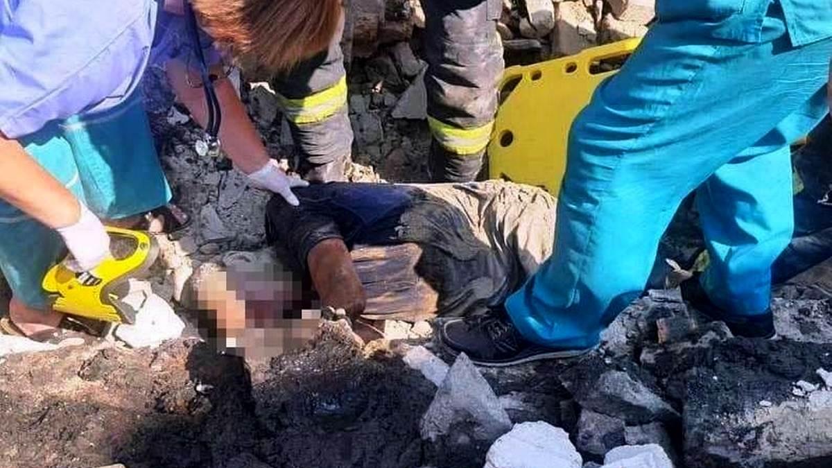 Во дворе дома в Запорожье обрушился кирпичный забор: мужчина оказался под завалами