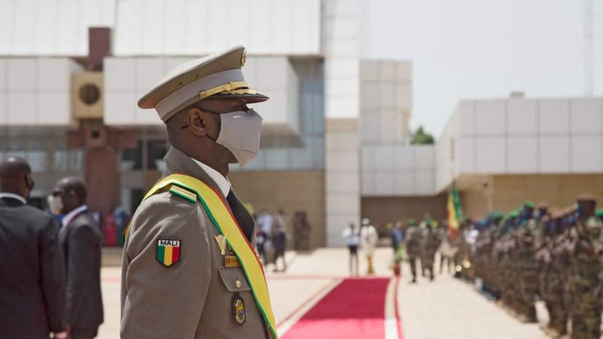 На временного президента Мали напали с ножом во время молитвы в мечети