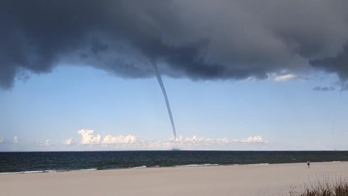 В Польше заметили водяные смерчи: туристы убегали с пляжа