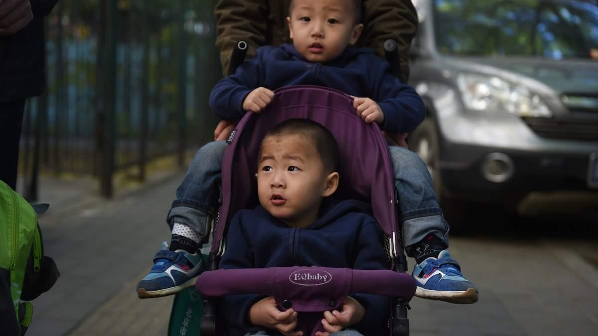 Штрафов не будет: Китай разрешил семьям иметь троих детей