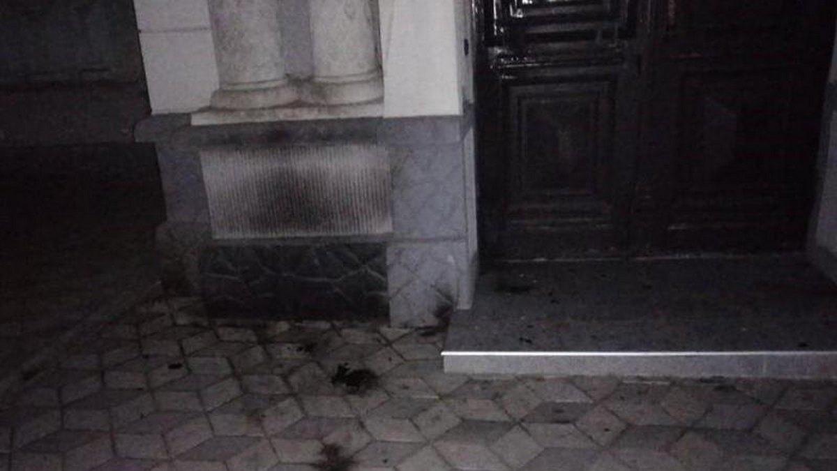 В Херсоне два парня отмечали день рождения Гитлера и подожгли синагогу. Им дали 4 года условно