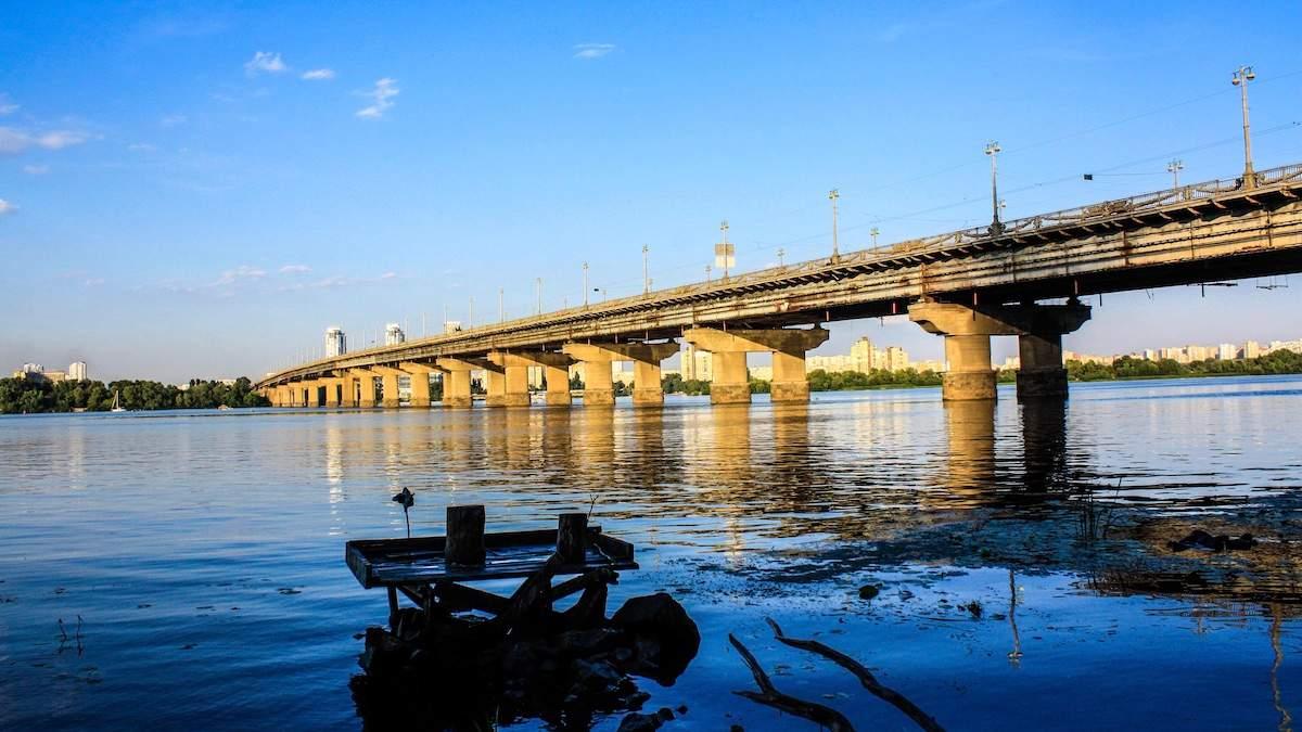 Обеспечивает теплом 200 домов: в Киеве под мостом Патона прорвало теплосеть