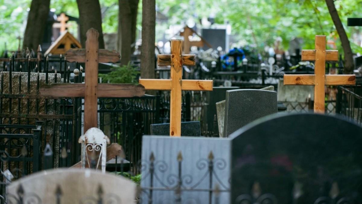 Хотел отомстить обидчику: в Одесской области мужчина на кладбище раскопал могилу