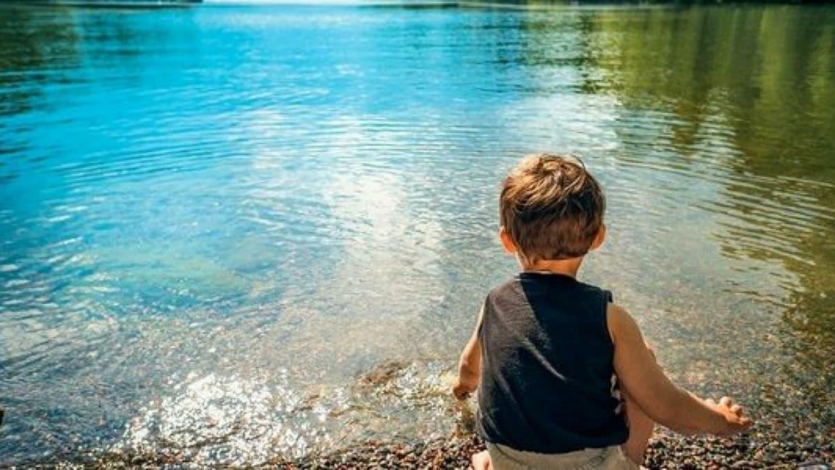 Как безопасно отдыхать возле воды с детьми: главные правила