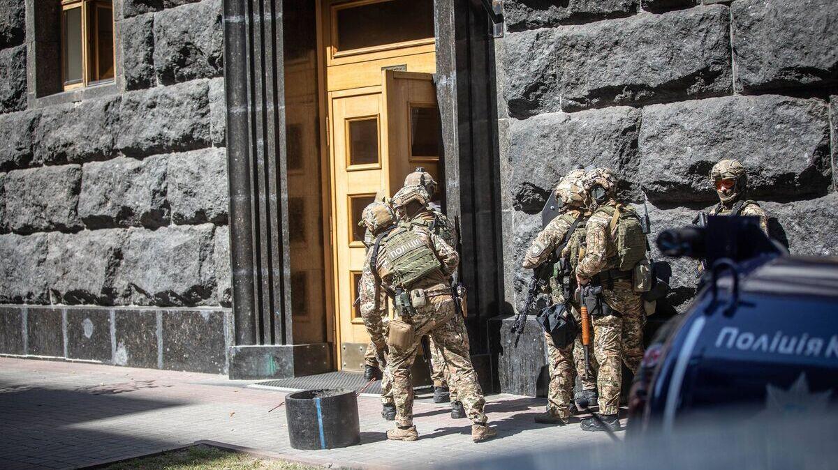 В МВД показали задержание ветерана войны с РФ, ворвавшегося в Кабмин с гранатой: видео