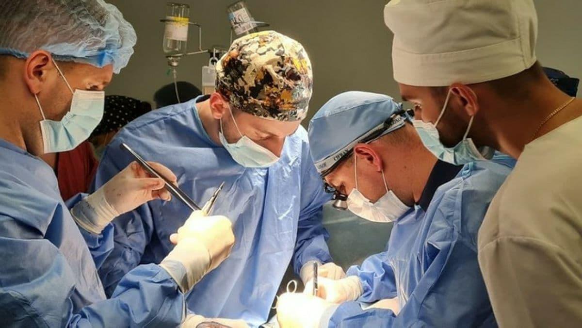 В Ивано-Франковске медики впервые провели родственную трансплантацию почки