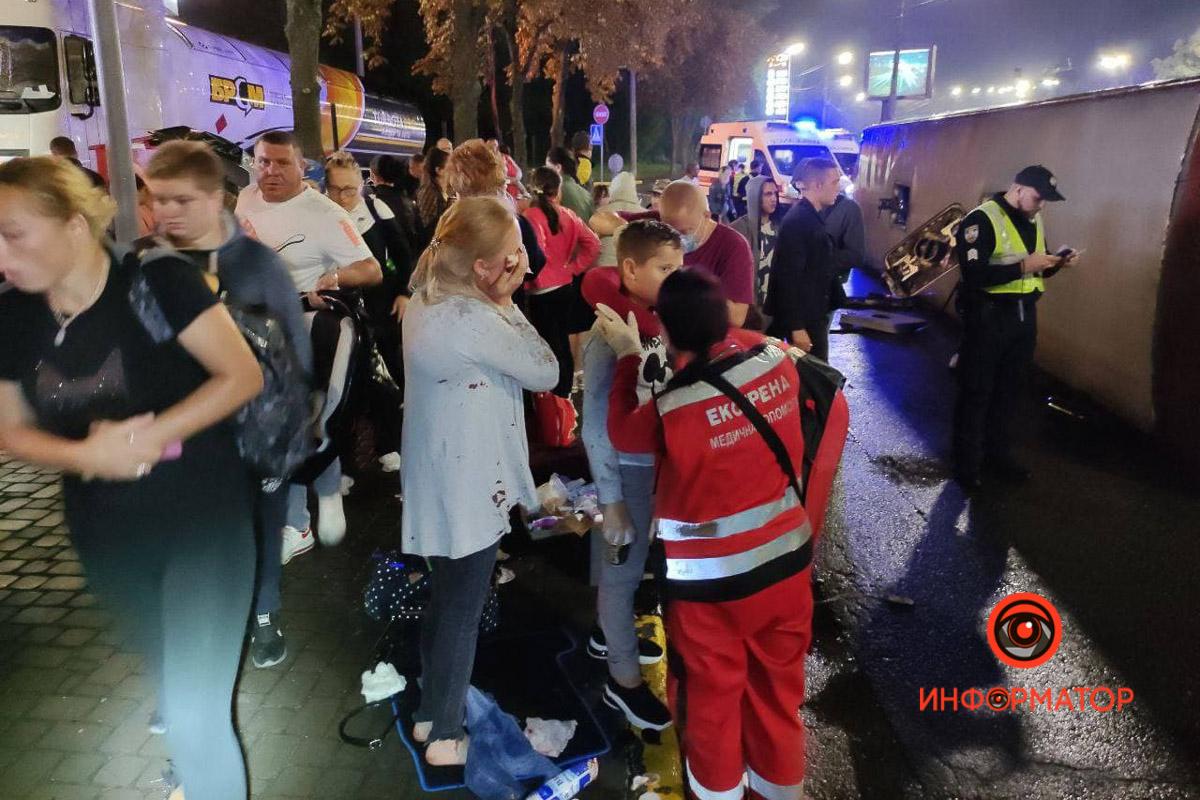 """В Киеве перевернулся рейсовый автобус """"Кишинёв-Москва"""": 8 пассажиров забрала скорая, из них трое - дети 2"""