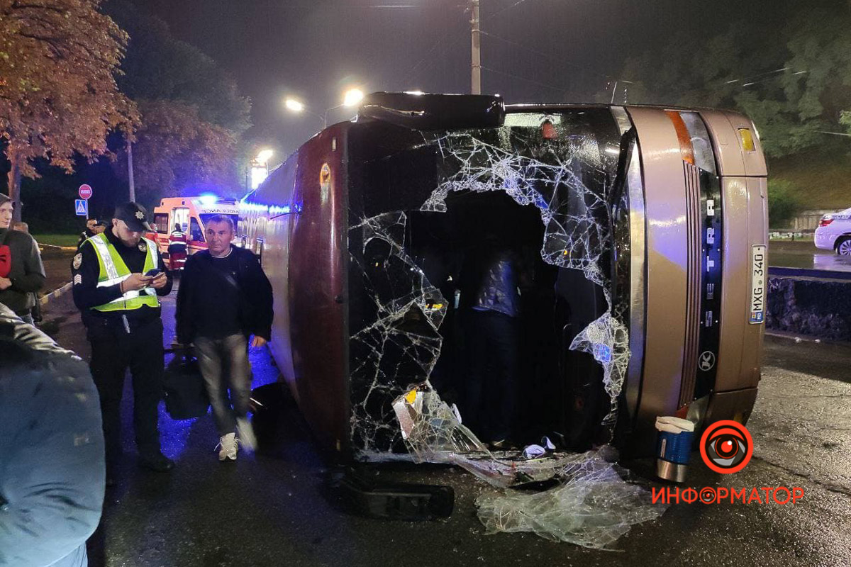"""В Киеве перевернулся рейсовый автобус """"Кишинёв-Москва"""": 8 пассажиров забрала скорая, из них трое - дети 3"""