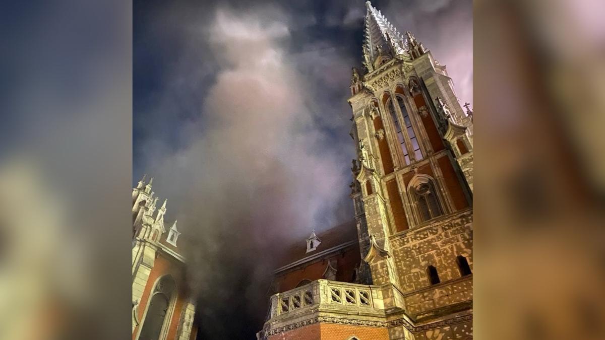 В Киеве горит Николаевский костел: огонь охватил 2 этажа