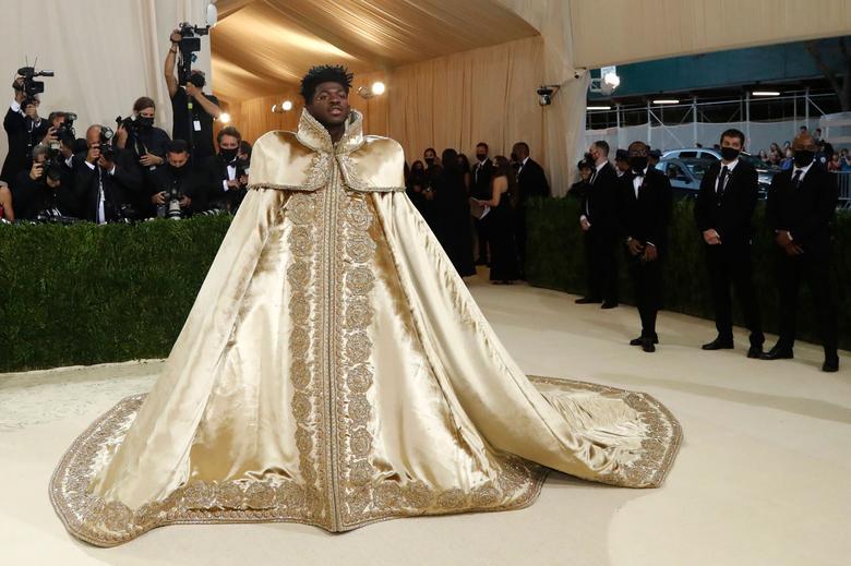 Рэпер Lil Nas X в королевской мантии