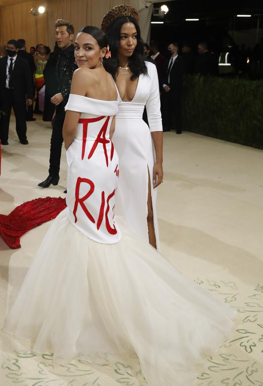 Конгрессвумен и социалистка Александрия Окасио-Кортес пришла в платье с призывом обложить богатых налогами