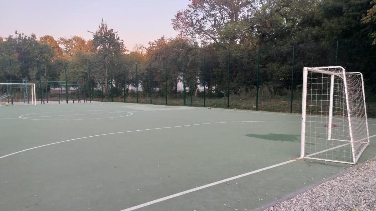 В Харькове на школьном стадионе нашли 6-летнего мальчика без сознания: ребенок в реанимации