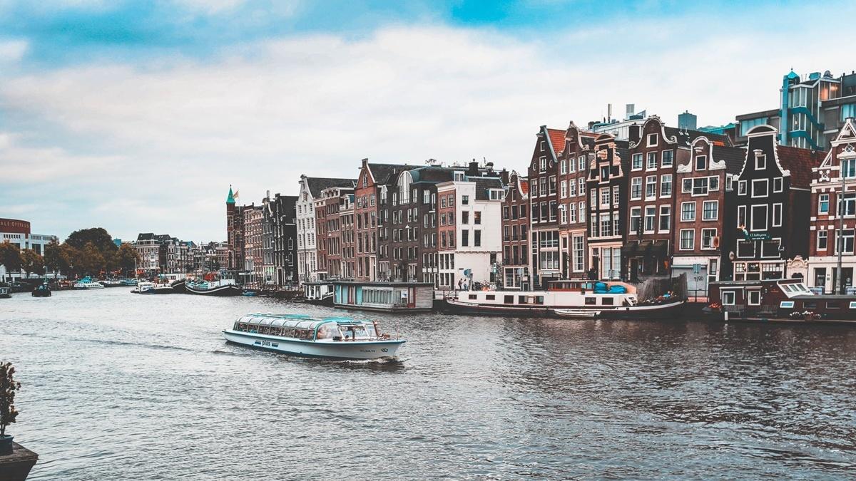 Нидерланды ослабляют карантинные ограничения и вводят COVID-сертификаты о вакцинации