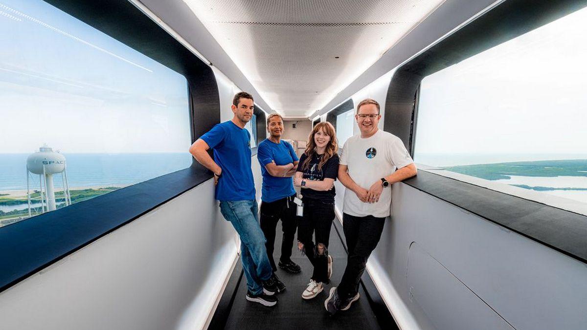 SpaceX собирается отправить в космос первую туристическую миссию Crew Dragon: где смотреть