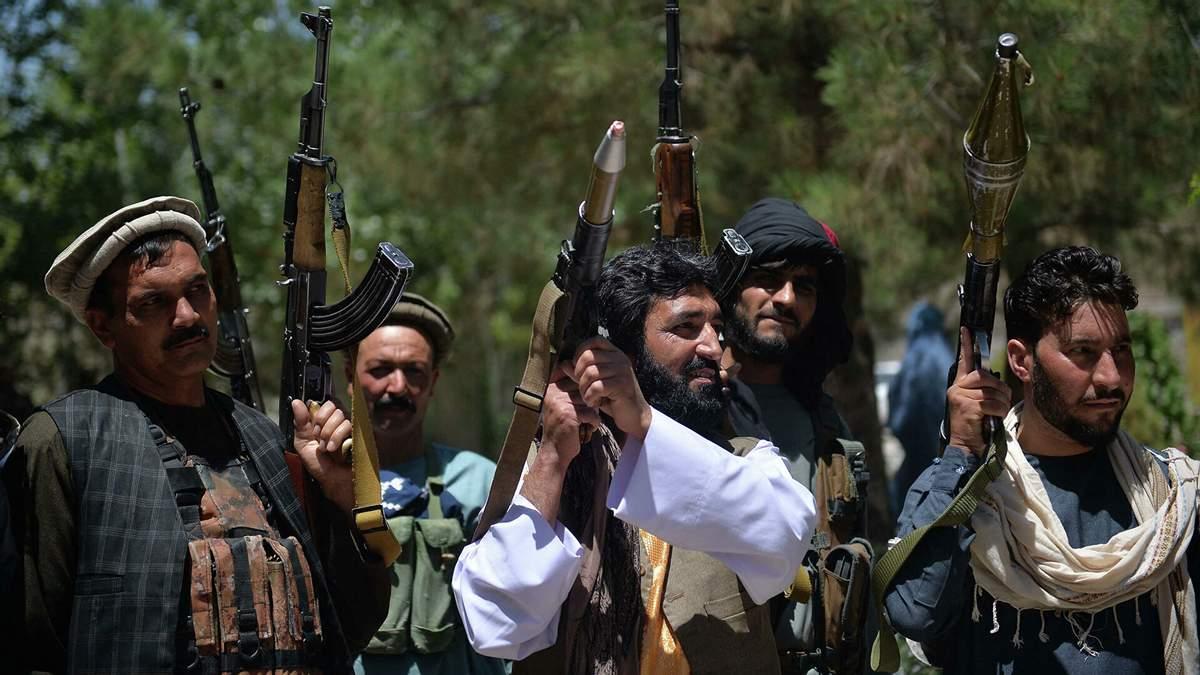 Талибы казнили четверых афганцев, повесив их на глазах толпы