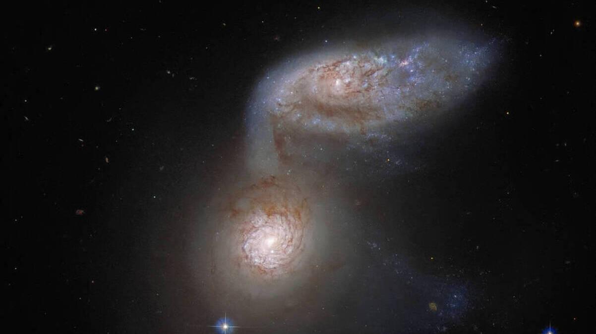 Хаббл NASA сфотографировал две сплетенные галактики, которые превращаются в одну