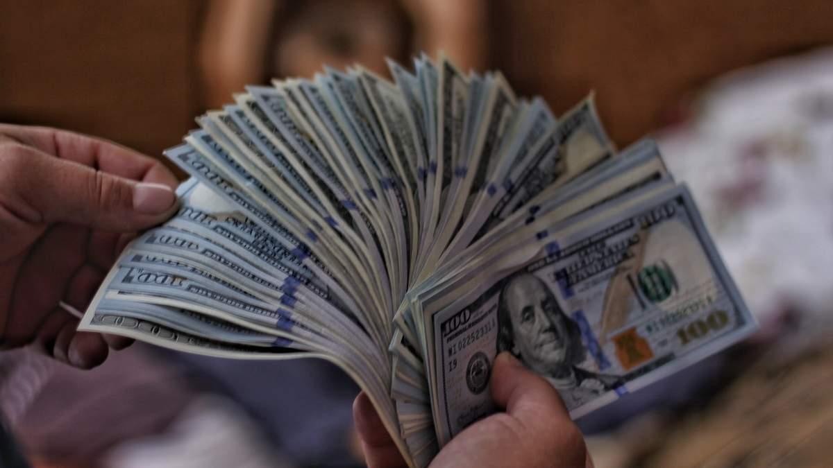В Украине двое мужчин продавали поддельные стодолларовые купюры с 50 % скидкой