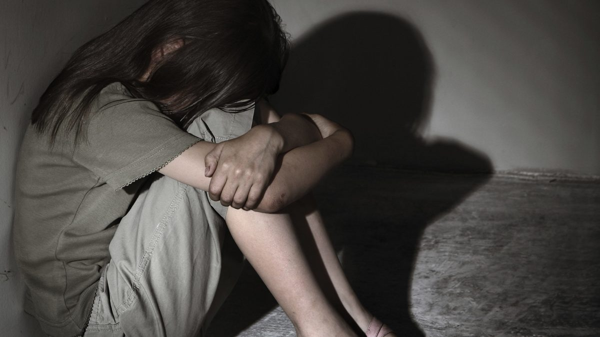 В Ровно мужчина полгода насиловал 10-летнюю дочь своей жены и снимал всё на видео. Ему дали пожизненное