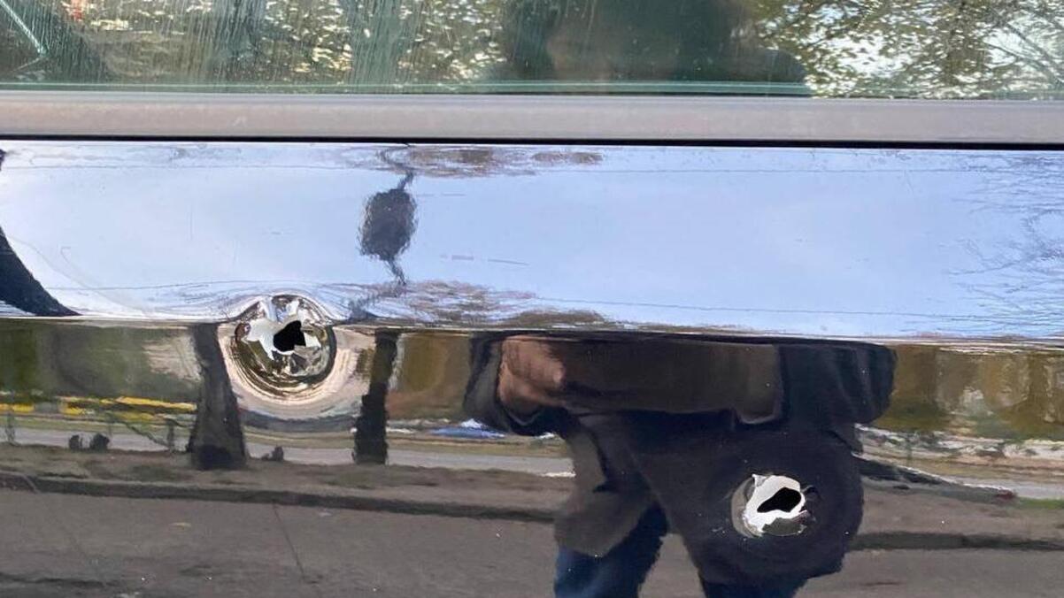 В Киеве мужчина расстрелял автомобиль, в котором была семья с ребёнком