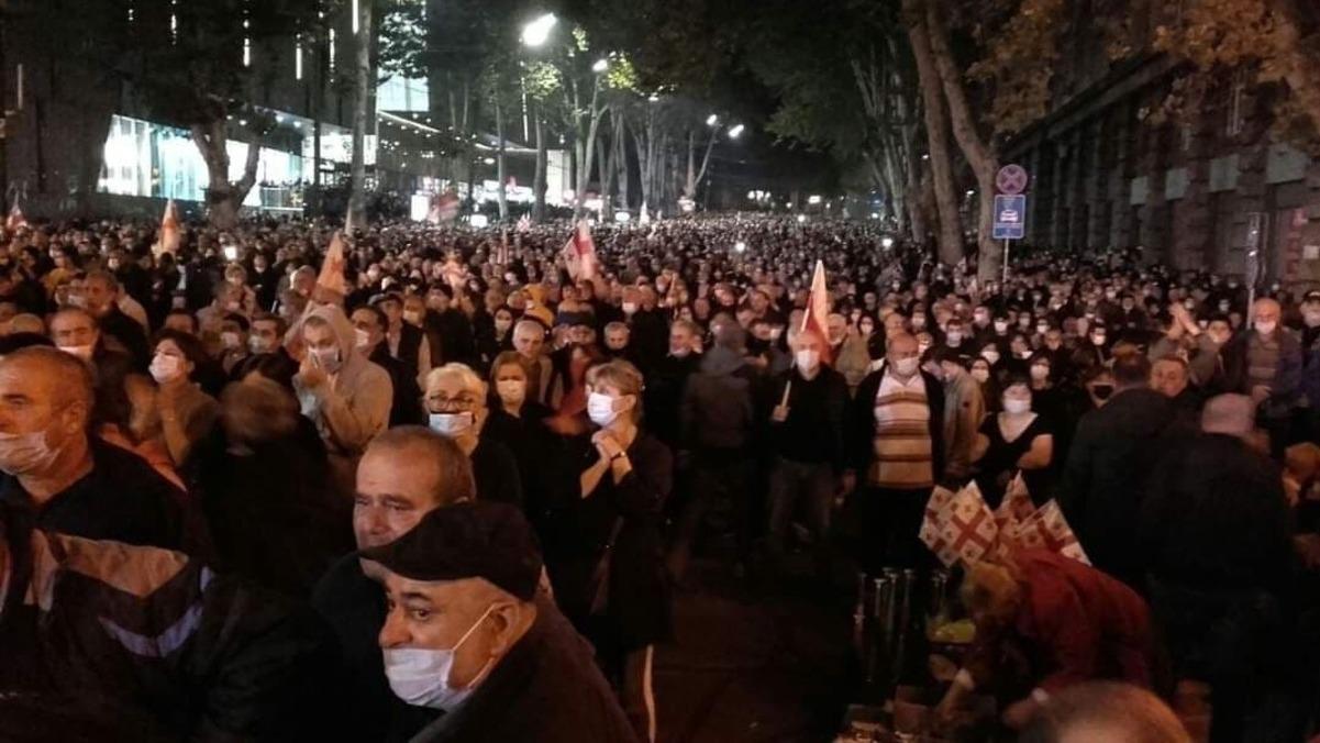 В Грузии тысячи людей вышли требовать освобождения Саакашвили