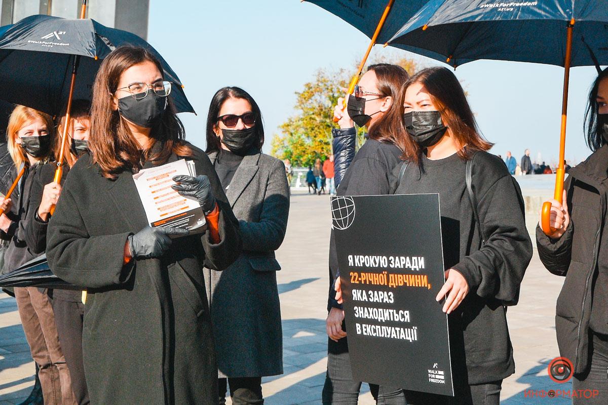 Украинцы под чёрными зонтиками протестовали в центре Киева против работорговли