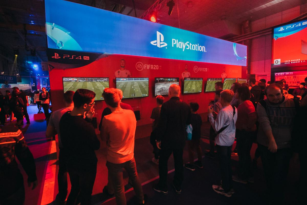 Стенд PlayStation на протяжении двух дней собирал огромное количество желающих поиграть