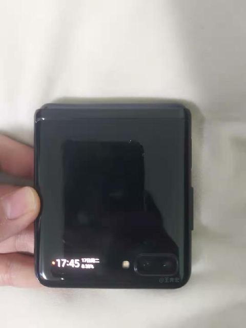Смартфон имеет небольшой дополнительный дисплей для времени и уведомлений, а также порт для зарядки USB-C